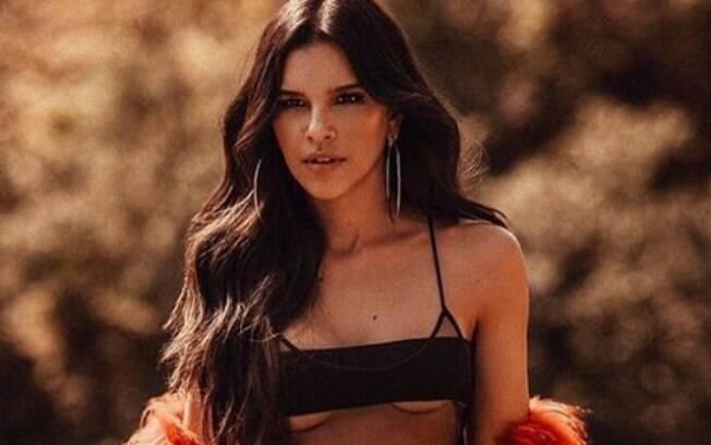 Mariana Rios compartilhou uma foto nas redes sociais aderindo à moda do verão americano de mostrar parte dos seios