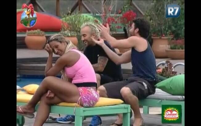Marlon mostra para os amigos como o filho faz com os outros, Valesca fica sem graça