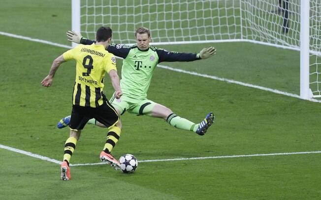 Lewandowski perdeu gol na cara de Neuer