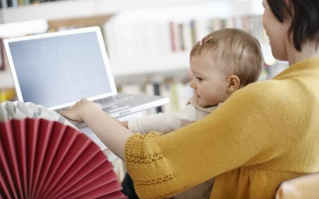 Quem já tiver a rotina do bebê bem organizada, pode fazer cursos para se atualizar. Existem opções online com horários flexíveis