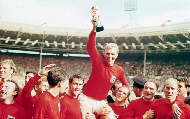 O zagueiro Bobby Moore ganhou votação popular como a maior personalidade esportiva da história da Inglaterra