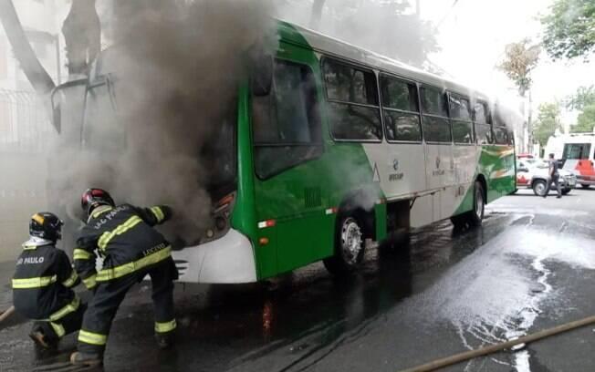 Ônibus pega fogo na região do Flamboyant, em Campinas