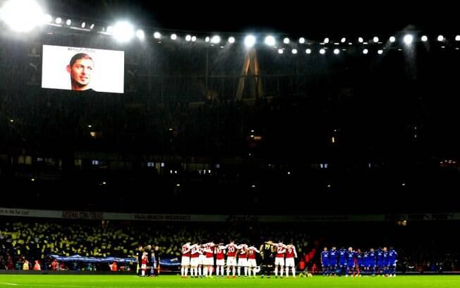 O Cardiff City fez homenagem ao argentino Emiliano Sala, desaparecido desde a semana passado quando seu avião sumiu