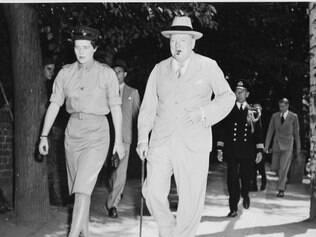 Churchill e Mary Soames caminhando lado a lado em 1945