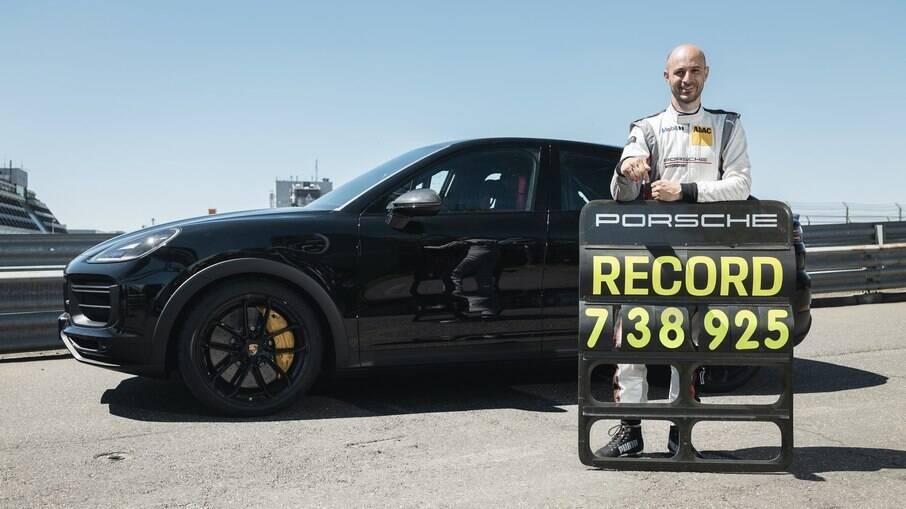 Porsche Cayenne Coupé recebeu apenas bancos do tipo concha e estrutura para proteger no caso de capotamento