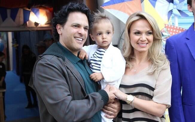 Eliana e João Marcelo posam com Arthur