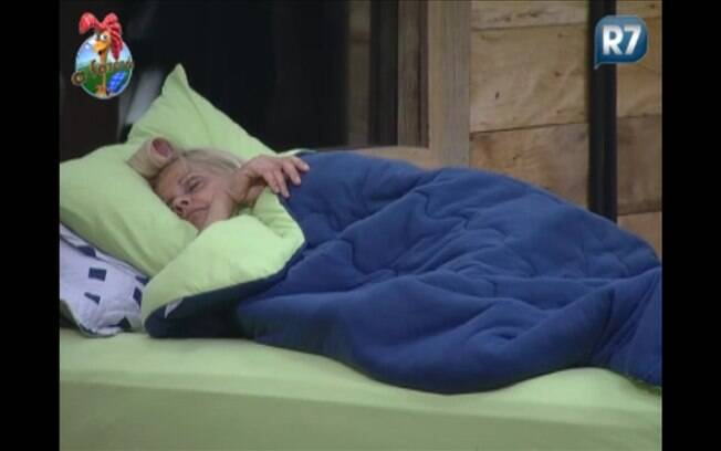 Monique dorme com bobs na cabeça