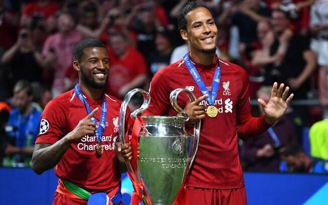 Virgil Van Dijk e Wijnaldum posam com a taça da Champions League