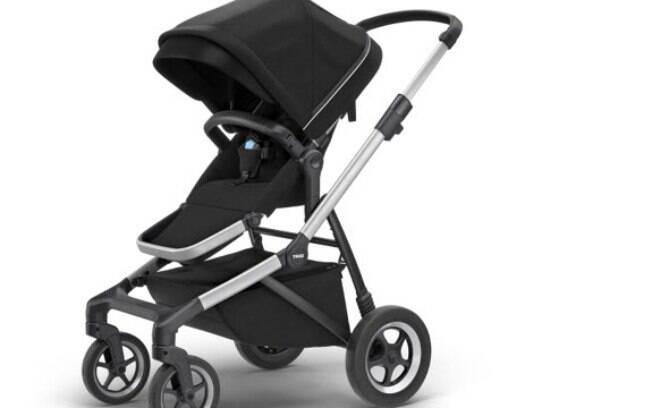 Carrinho de bebê do modelo Thule Sleek tem guidão