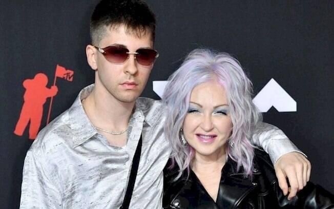 Cyndi Lauper aparece com o filho no VMA 2021