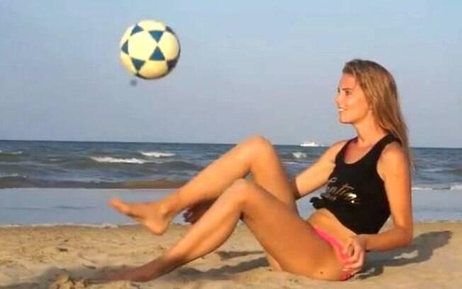 Astrid Ericsson é habilidosa com a bola nos pés