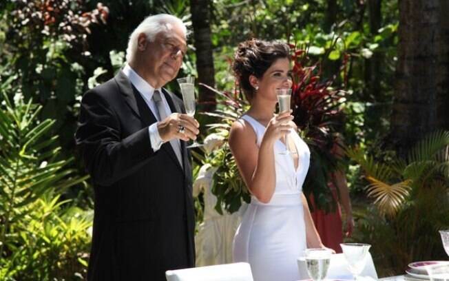 Aline encontra o momento certo para humilhar Pilar em seu casamento e a convida para o brinde