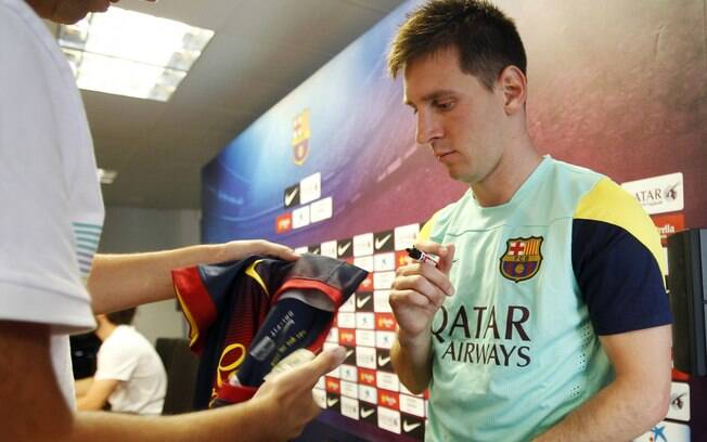 Messi deu autógrafos depois da entrevista  coletiva pelo Barcelona