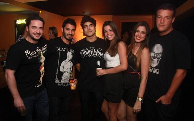 Caio Castro posa para fotos ao lado de alguns amigos