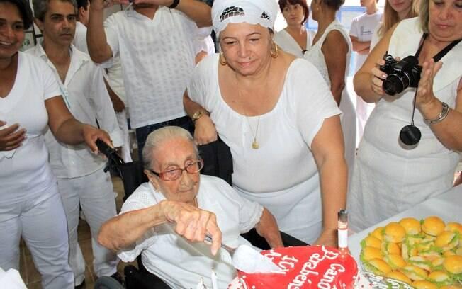 Dona Canô corta o bolo de seu aniversário