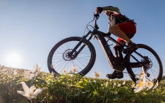 Bicicletas elétricas facilitam com que mulheres pratiquem o esporte, afirma ciclista
