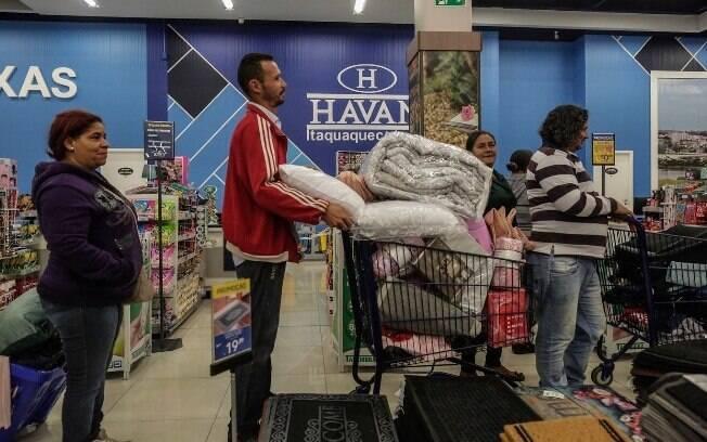 Durante o ato, os sem-teto encheram os carrinhos com itens como roupas e edredons; produtos foram devolvidos depois