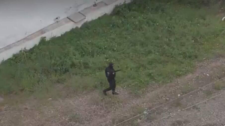 Policiais avançam pela linha de trem no Jacarezinho