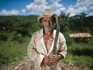 João Alves de Souza, 70, e conhecido em Indaiabira como Dom Veio. Ele conta que todo o terreno onde planta cana de açúcar será inundado com a nova barragem . Mesmo com a falta de água que assola a região alguns meses por ano ele prefere que o projeto não saia do papel FOTO: DANIEL DE CERQUEIRA/O TEMPO. 10/04/2014.