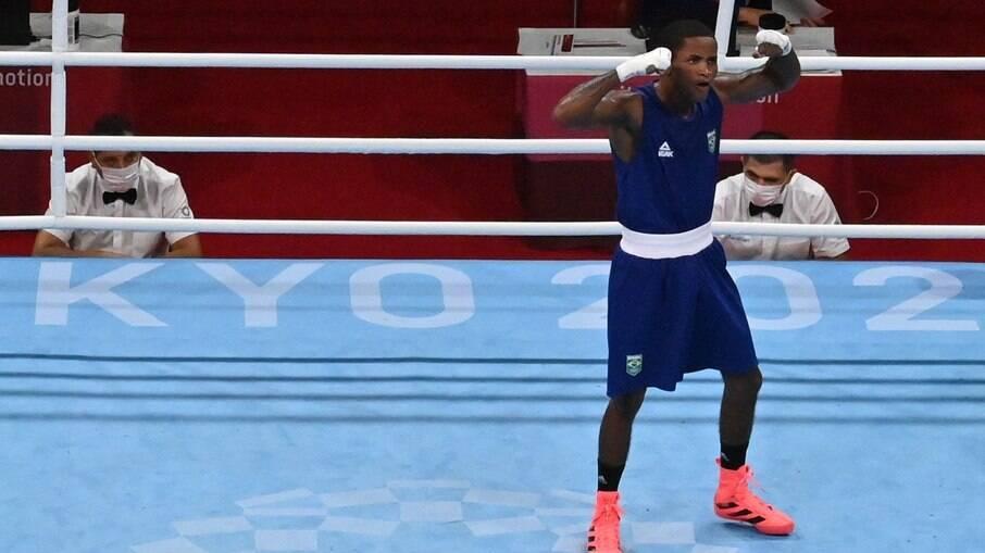 Wanderson de Oliveira vence e é mais um brasileiro a chegar nas quartas do boxe