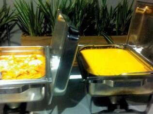 Variado bufê com pratos quentes e frios fica disponível o tempo todo para os convidados dos badalados camarotes