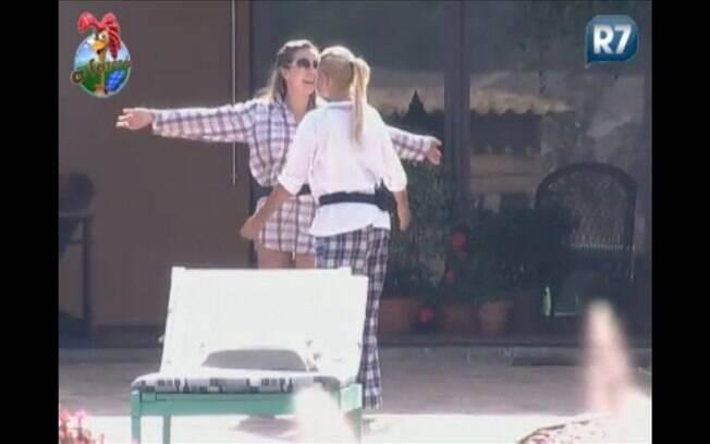 Personal trainer abraça Monique e celebra