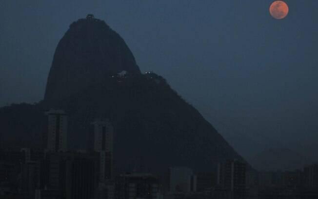 Imagem da superlua registrada no Rio de Janeiro neste domingo (27). Foto: Alessandro Buzas/Futura Press