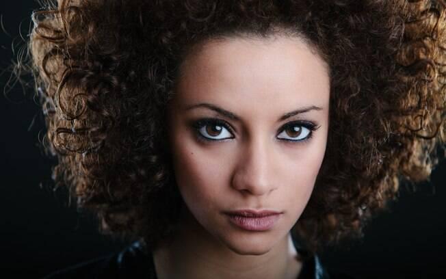 Assumir o cabelo cacheado leva tempo, não só pelo processo de transição, mas também pelo preconceito que ainda existe