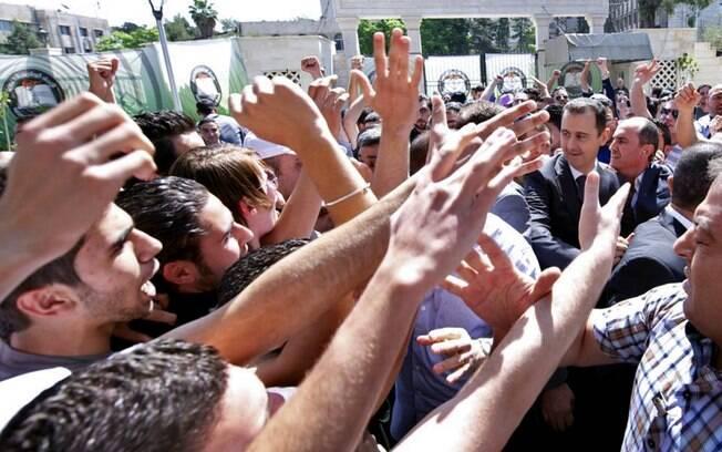 Presidente da Síria, Bashar al-Assad (D), visita universidade em Damasco (04/05)
