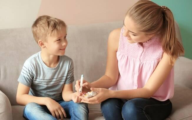 O diabetes tipo 1 afeta principalmente crianças e adolescentes e, por isso, é importante saber reconhecer os sintomas