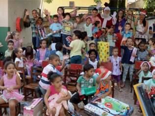 Equipe de marketing e funcionários do Metropolitan Shopping Betim entregam para as crianças da Creche Comunitária Vovó Maria os brinquedos doados por consumidores durante a campanha de Natal do mall, realizada durante todo o mês de dezembro.