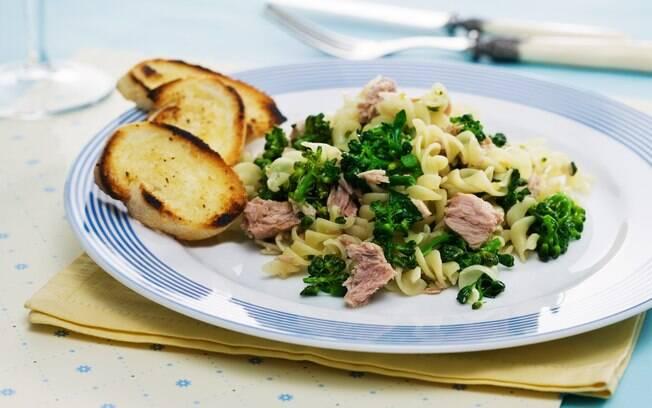 Foto da receita Macarrão com brócolis e atum pronta.