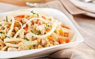 Salada de soja com frango e molho de iogurte com mostarda