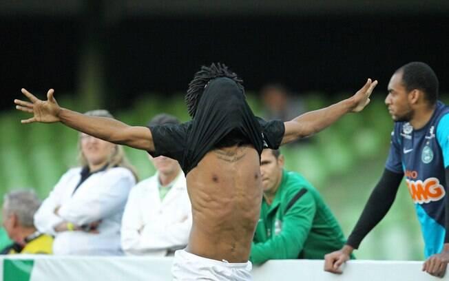 Romarinho comemora o gol da vitória  corintiana