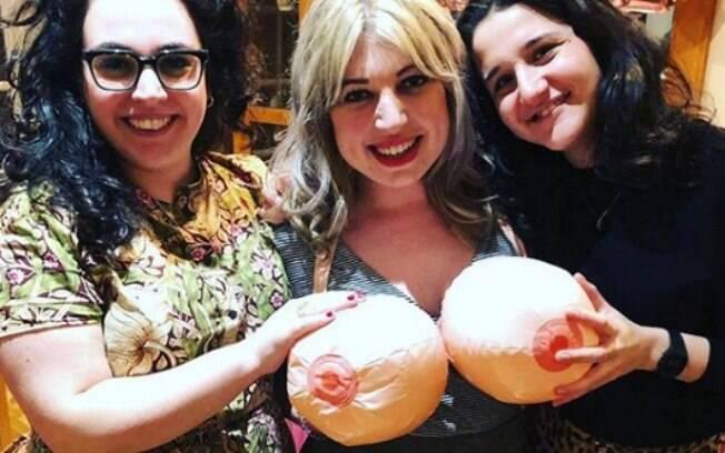 Para aliviar o clima de tensão antes da mastectomia, a festa de Hayley contou com várias atividades para os convidados