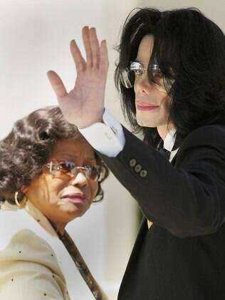 Michael Jackson com a mãe Katherine Jackson em 2005