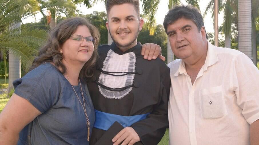 Gabriel ao lado da mãe e do pai