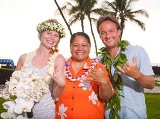 O casal no Havaí: celebrando com locais