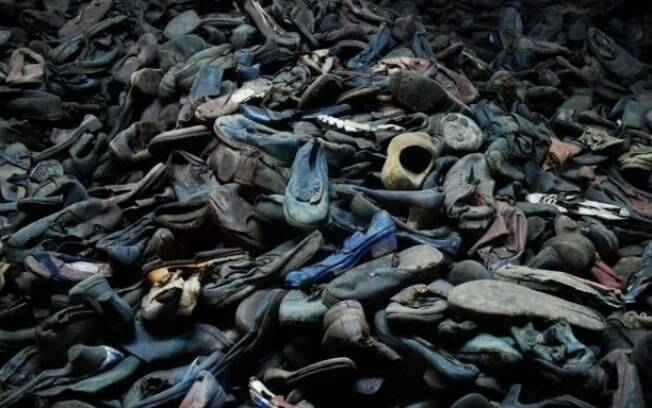 Sapatos amontoados de vítimas do nazismo expostos em Auschwitz. Foto: Auschwitz-Birkenau Memorial and Museum