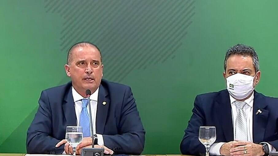 Onyx e Elcio Franco durante coletiva de imprensa nesta quarta-feira (24)