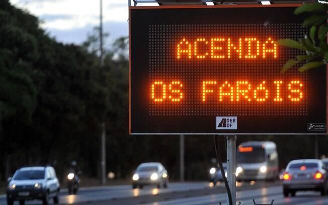 Lei do farol baixo gerou mais de 4,4 mil multas nas estradas do Estado de São Paulo apenas nos primeiros quatro dias