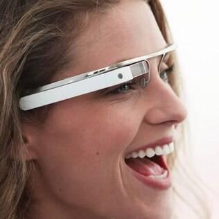 Modelo mostra o protótipo do Google Glasses, que permitirá ver informações da web sem usar o celular ou tablet