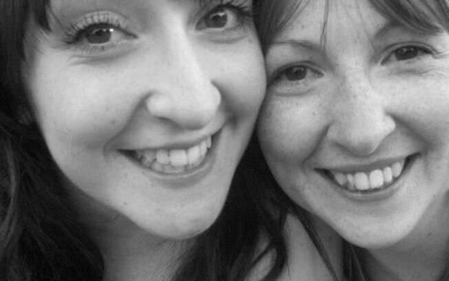Lauren (à esquerda) ficaria fraca com o estresse da gravidez, mas a irmã (à direita) se ofereceu como barriga de aluguel
