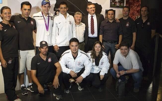 Thiago posa para foto com membros do  departamento de natação do Corinthians