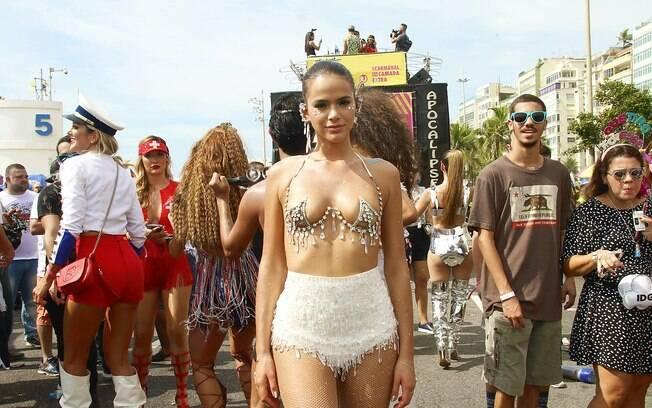Bruna Marquezine aproveitou bloco da Favorita no carnaval do ano passado e fez homenagem para Neymar