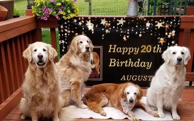 August com seus outros irmãos em sua festa de aniversário