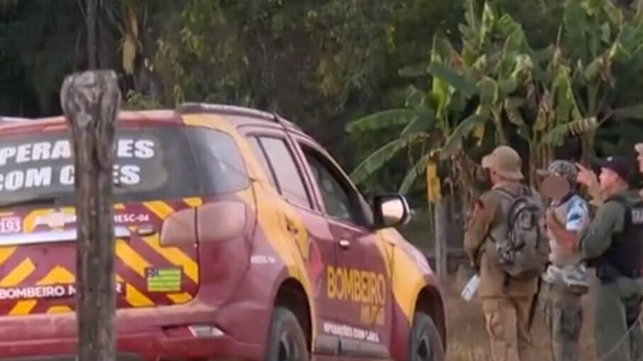 Informante ajuda policiais e bombeiros a entrar nas matas durante a caçada por Lázaro Barbosa de Sousa