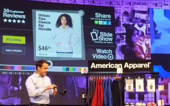 Wright, da Qualcomm, usa um aplicativo de realidade aumentada para obter mais informações sobre uma blusa