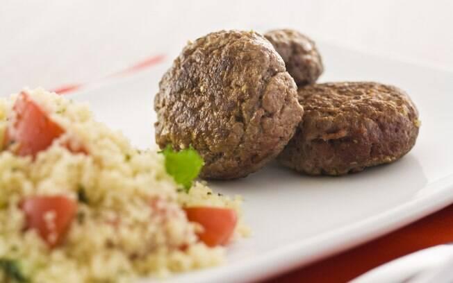 Foto da receita Minihambúrguer com salada de cuscuz pronta.