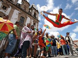 Foliões curtem o carnaval badalado de Salvador